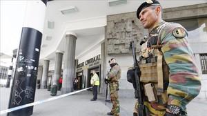 Un soldado vigila la entrada de la estación central de Bruselas tras haber sido evacuada por un paquete sospechoso, este domingo.
