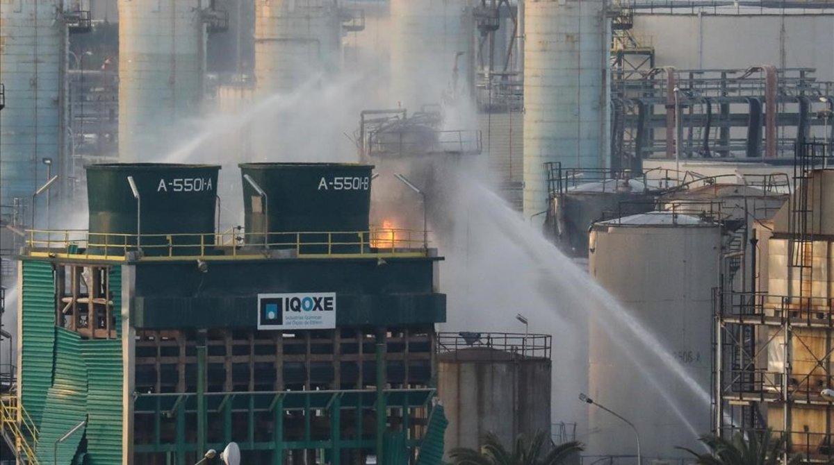 Tareas de extinción del incendio tras la explosión en la petroquímica de Tarragona.