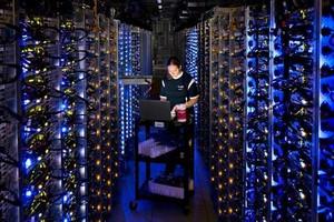 Un técnico de Google trabaja en un centro de datos de la compañía.