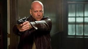 El actor Bruce Willis, en una escena de acción de la película La Jungla 4.0.