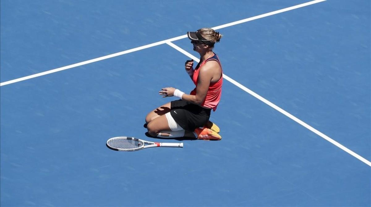 La tenista croata Lucic-Baroni celebra su victoria ante la checa Karolina Pliskova en el Abierto de Australia.