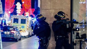 Dos policías hacen guardia cerca del lugar donde se ha producido eltiroteo.