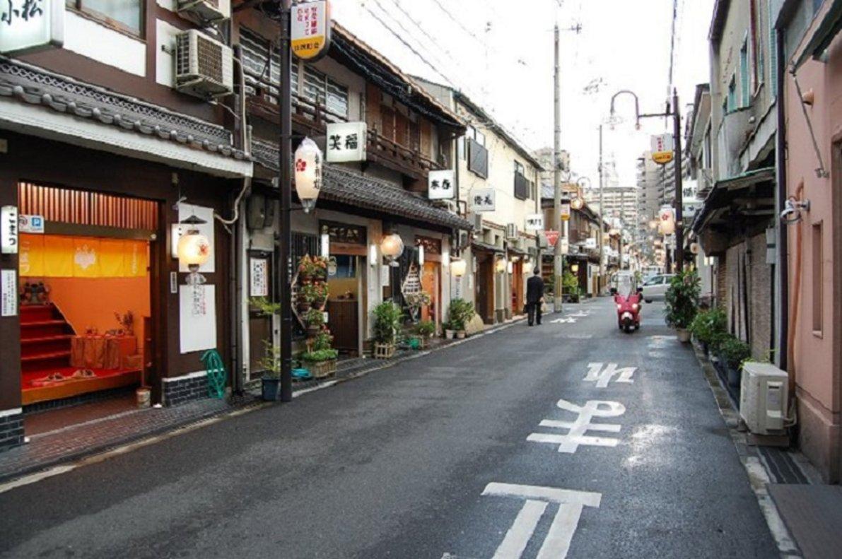 Una vista del barrio de Tobita Shinchi, considerada la zona roja de Osaka.
