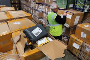 Tratamiento de paquetería en las instalaciones de Correos en la Zona Franca de Barcelona.