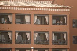 Turistas confinados en el hotel de Tenerife por un positivo en coronavirus.