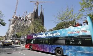 Turistas visitan la Sagrada Familia.