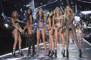 DESFILE DE VICTORIA SECRET 2018. Models Martha Hunt, left, Lais Ribeiro, Josephine Skriver, Sara Sampaio, Stella Maxwell and Romee Strijd during the Victoria's Secret fashion show in New York, Thursday, Nov. 08, 2018. *** Local Caption *** . FOTO DE GTRES