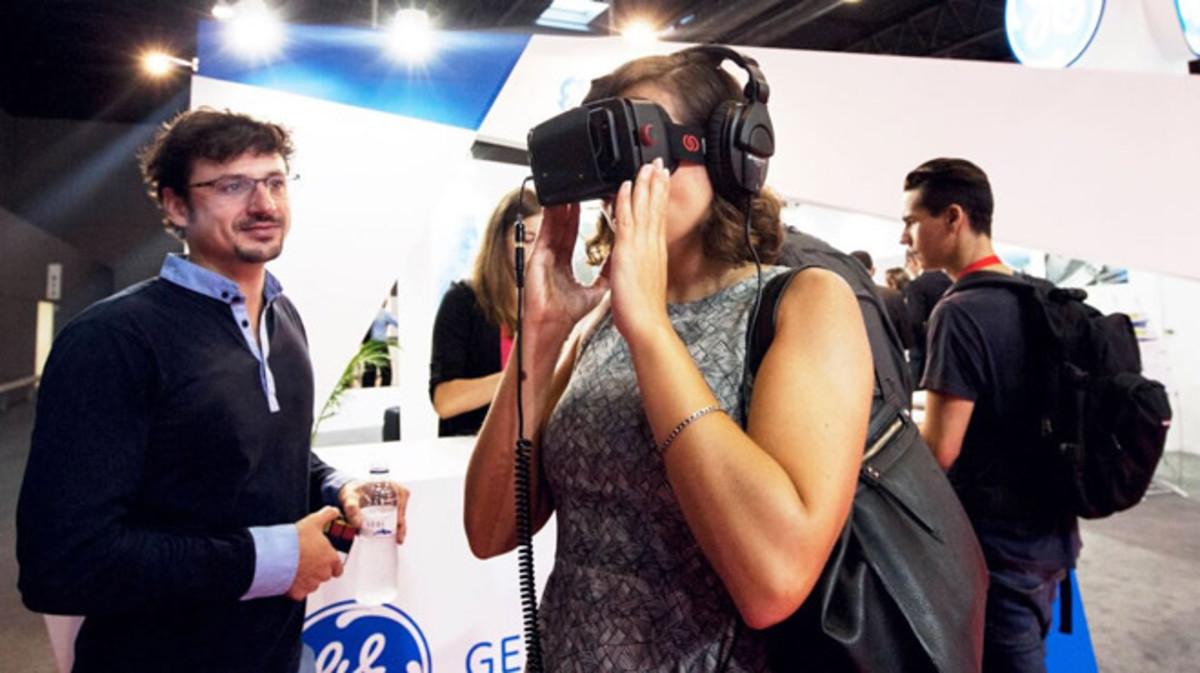 Una asistente a la pasada edición del IoTSWC prueba una aplicación de realidad virtual.