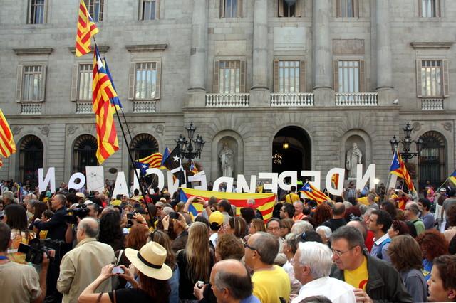 Una concentración ciudadanaen la plaza de Sant Jaume con estelades y senyeres.