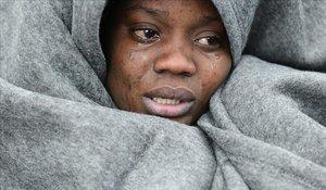Una migrante llora mientras trata de entrar en caloren la localidad de Skala Sikaminias, en la isla griega de Lesbos.