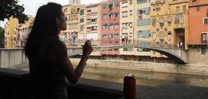 Una noia fuma a Girona el mes de juliol passat.