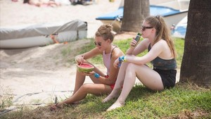 Dos jóvenes descansan en un parque.
