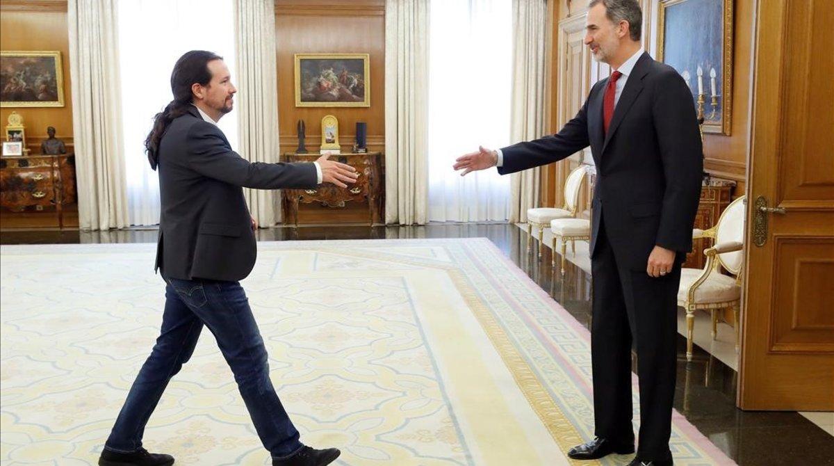 El rey Felipe VI saluda al líder de Podemos, Pablo Iglesias, en el Palacio de la Zarzueladurante la ronda de consultas con los dirigentes de los partidos politicos con representacion parlamentaria para designar candidato a la investidura.