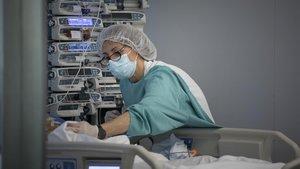 Una enfermera en la uci de pediatría en el Hospital Vall d'Hebron el pasado 15 de mayo.