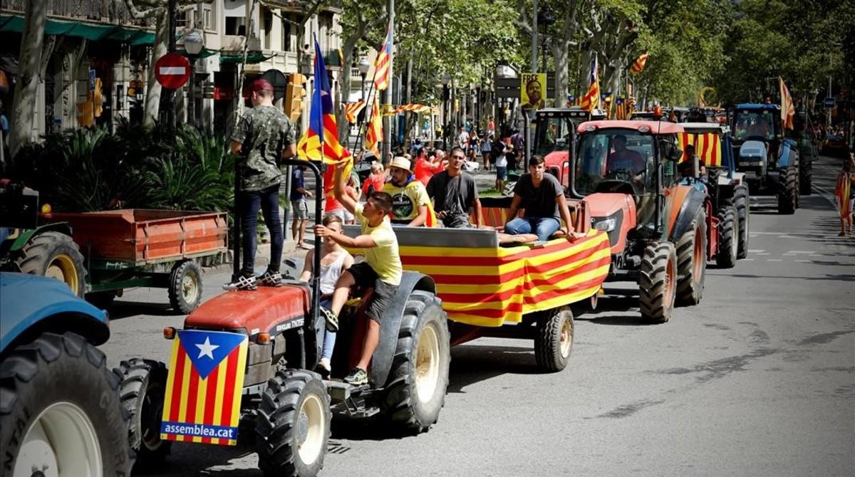 Unos tractores entrando por la Diagonal.