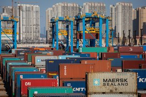 PIL01 Qingdao China 18 10 2018 - FILE - Containers are being transported by cranes at a fully automatic container berth of Port of Qingdao in Qingdao city eastern China s Shandong province 18 October 2018 reissued 12 May 2019 After the fruitless negotiation round in the trade dispute with China US President Donald Trump urged China to agree to a trade agreement as soon as possible otherwise terms would be far worse after 2020 Previously he had ordered to prepare a tariff increase on hitherto all exempted Chinese imports Estados Unidos EFE EPA ROMAN PILIPEY