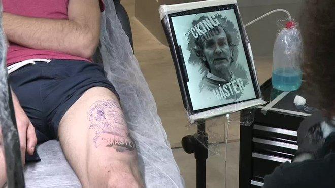 Un joven valenciano se tatúa la cara de Fernando Simón en el muslo.