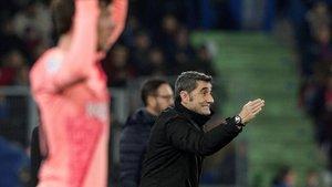 Valverde da instrucciones a sus jugadores en Getafe.