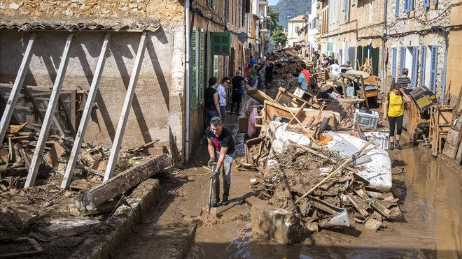 Vecinos y voluntarios haciendo trabajos de recogida de escombros.