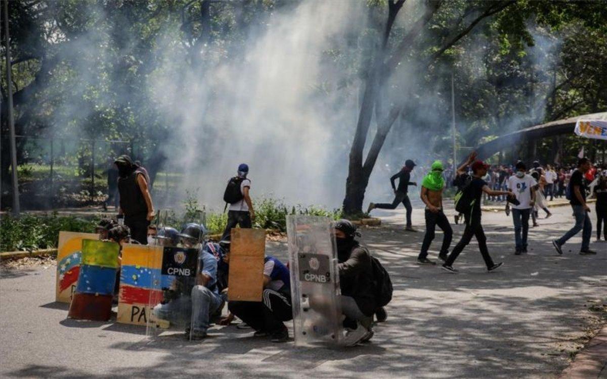 Estudiantes y policías se enfrentan en las calles de Venezuela.