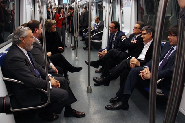 Las autoridades hacen el viaje inaugural de la línea 9 sur del metro. Entre ellos están el presidente de la Generalitat, Carles Puigdemont, y el secretario de Estado de Infraestructuras, Julio Gómez-Pomar.