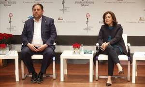 El vicepresidente del Govern, Oriol Junqueras, y su homóloga en el Ejecutivo español, Soraya Sáenz de Santamaría, en un acto en Barcelona, el pasado abril.