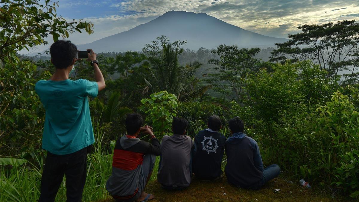 Un grupo de personas observa el volcánAgung en la isla de Bali.