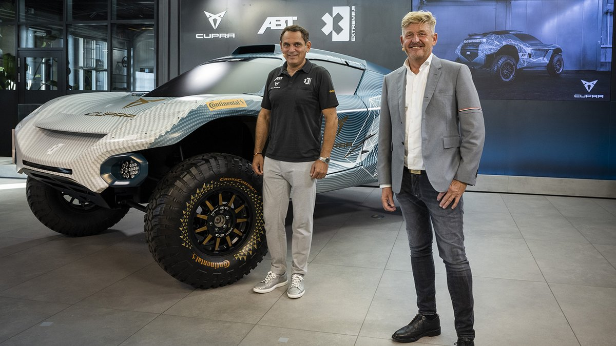 Wayne Griffiths (derecha), CEO de Cupra, y Hans-Jürgen Abt, director de ABT Sportsline, junto al coche con el que competirán en la Extreme E
