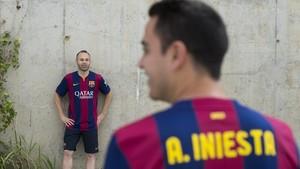 Xavi observa a Iniesta en la ciudad deportiva del Barça antes de la final de la Champions de Berlín-2015.