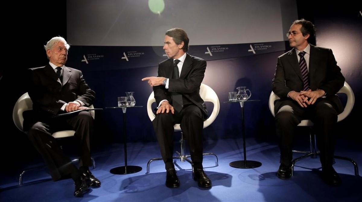 El recotr de la Universidad Juan Carlos I, Fernando Suárez (derecha), con José María Aznar y Mario Vargas Llosa, en el 2015.