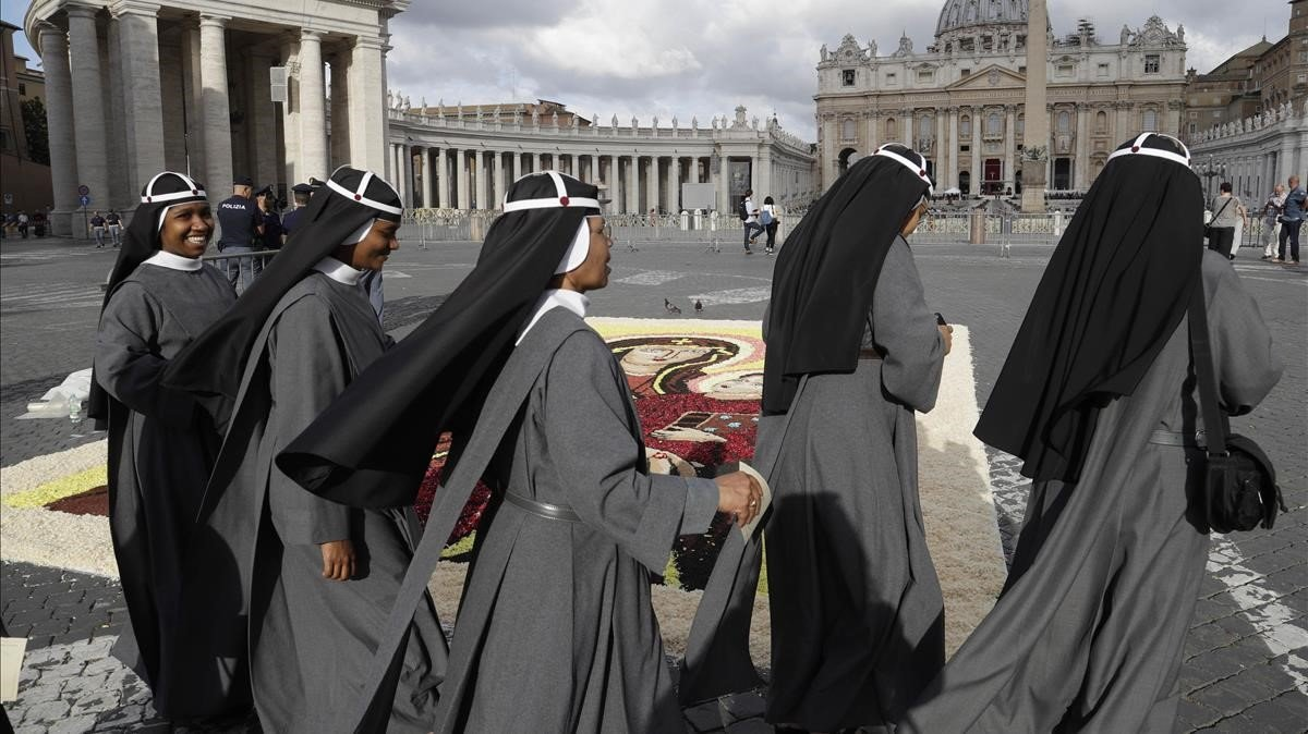Un grupo de monjas camina por la plaza de San Pedro del Vaticano, antes de una misadel Papa, en junio del 2017.