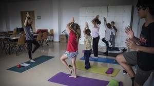 La terapeuta Elisabeth González dirgie una sesión de mindfulness infantil en el Hospital de Sant Joan de Déu.