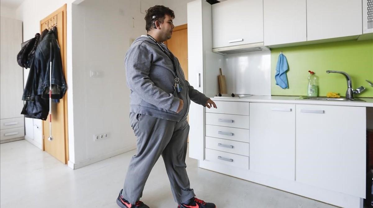 Óscar, en la cocina del piso en el que vive solo en Barcelona.