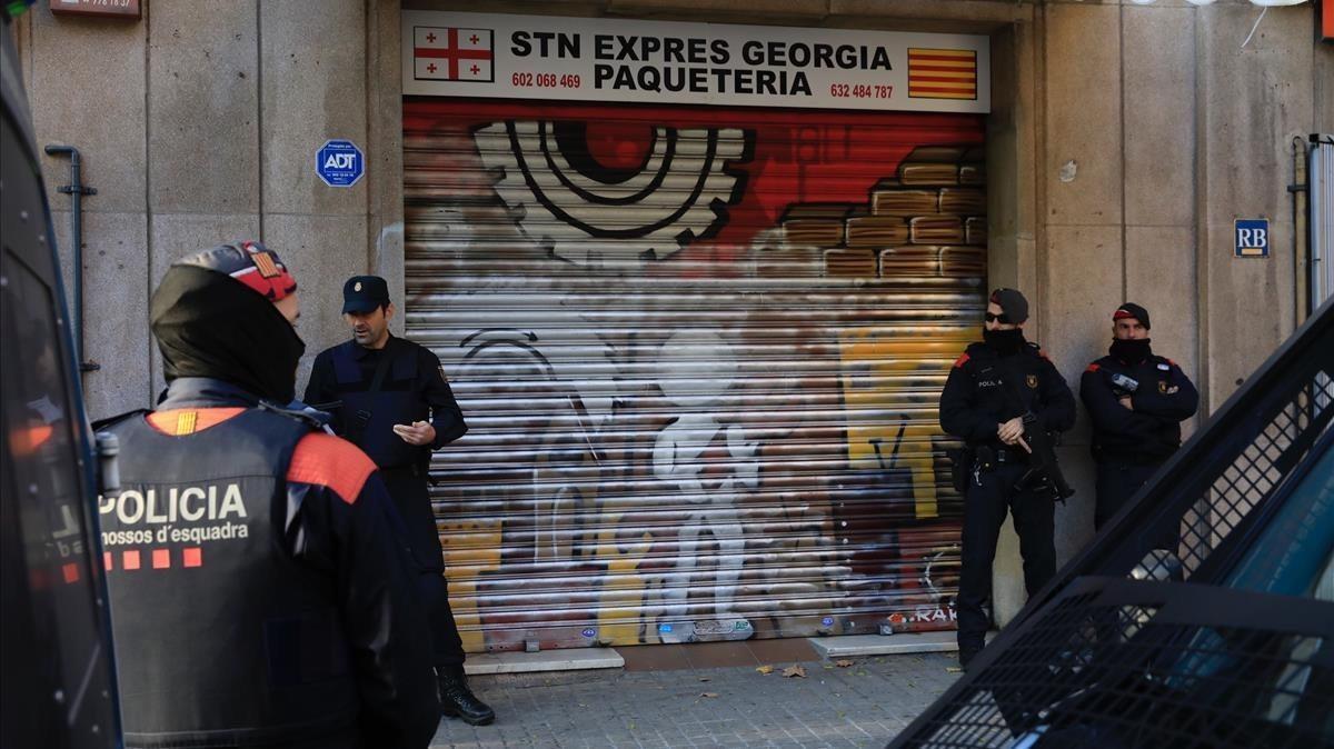 Policías en uno de los locales investigados, en la calle de Espronceda.