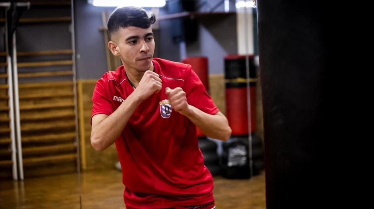Oualid Belhassnaoui boxeando en el gimansio cooperativo Sant Pau.