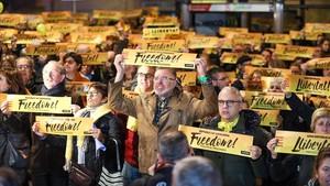 Participantes en la concentraciónpor la puesta en libertad de Junqueras, en su localidad, Sant Vicenç dels Horts.