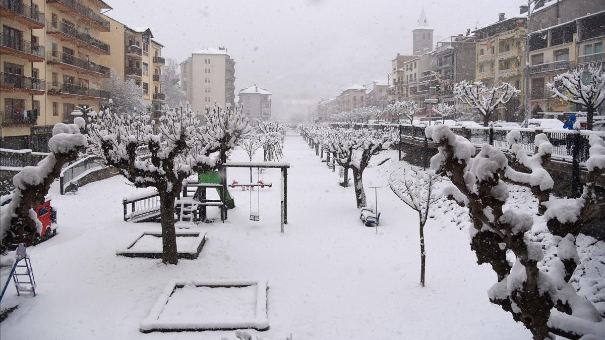 Municipi de Sort, aquest matí, cobert per la neu.