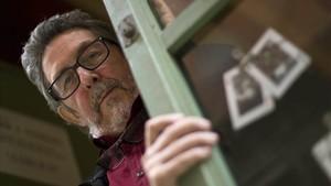 Paco Camarasa, en la puerta de la librería Negra y Criminal, en el 2016.