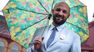 Jordi Graupera bajo un paraguas floreado.