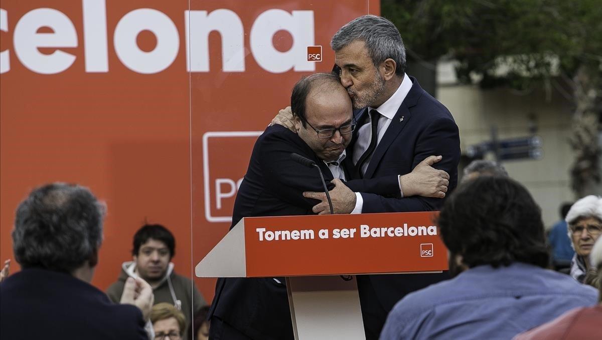 Miquel Iceta, consolado por Jaume Collboni, al borde de las lágrimas. Ambos han decidido destinar el mitin de hoy a homenajear a la figura del político fallecido.