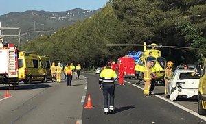 Accidente múltiple en la AP-7, este domingo por la tarde. En tierra, el helicóptero del SEM.