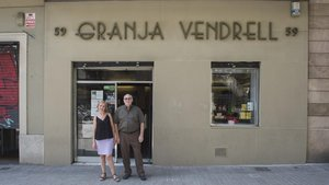 Cris y Demetri, la tercera generación al frente de la Granja Vendrell, con un pie y medio en la jubilación.