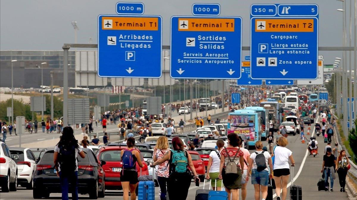 Turistas, camino del aeropuerto durante la protesta en El Prat del 14 de octubre, día de publicación de la sentencia del 'procés'.