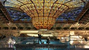 Una restauradoratrabajaen el conjunto escultórico del escenario del Palau de la Música Catalana.