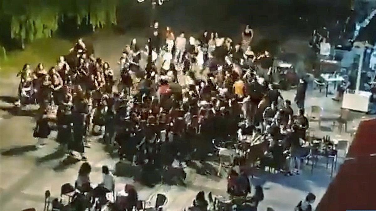 Un centenar de jóvenes se saltan las restricciones y celebran un baile en Beasain