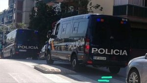 Furgones de la Policía Nacional, esta mañana, en el barrio de La Salut