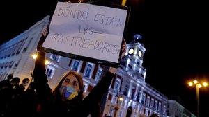 Vecinos concentrados frente a la sede dela Comunidad de Madrid en protesta contra los confinamientos.