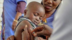 Un nino recibe una vacuna contra el sarampion en Impfondo (Republica del Congo)en 2019