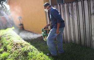 Fumigación preventiva contra el mosquito transmisor del zika,en Miami, en mayo.
