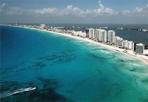 Fotografía aérea que muestra una vista general de la zona de playas del balneario de Cancún, en el estado de Quintana Roo (México).